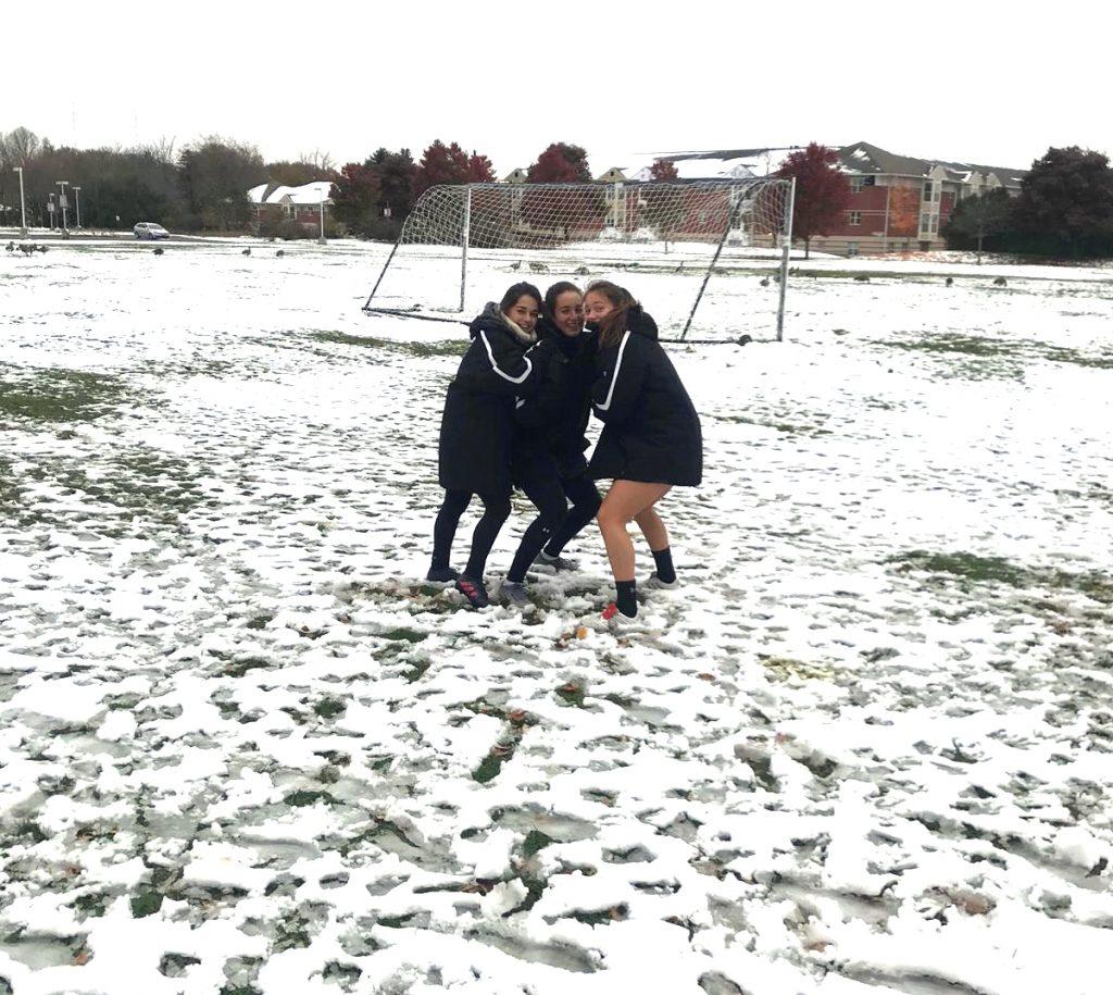 Entrenamiento con el campo de fútbol nevado