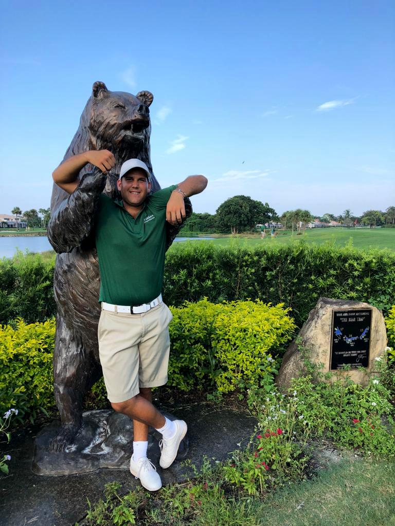Foto de Alberto con una estatua de un oso en PGA National Golf Resort