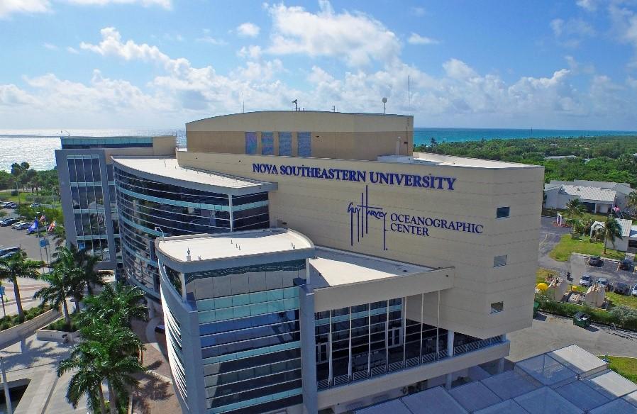 Imagen de la universidad del equipo de natación Nova Southeastern Sharks