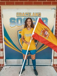 Ana Muruzabal con la equipación y la bandera de España