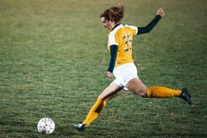 Ana Muruzabal chutando un balón
