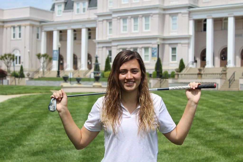 Ylenia Alcibiade sujetando palo del golf