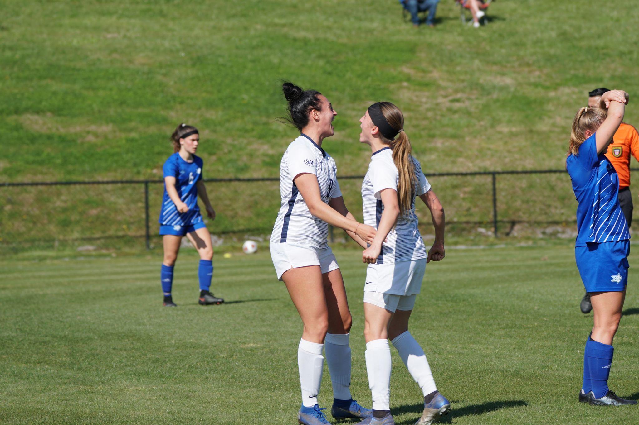 Alda celebrando un gol con una compañera de equipo